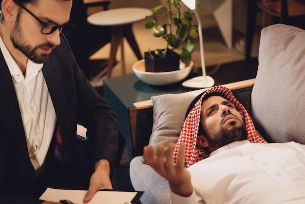Homem árabe na recepção do psicoterapeuta
