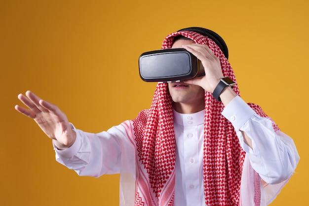 Homem árabe posando em realidade virtual isolado.