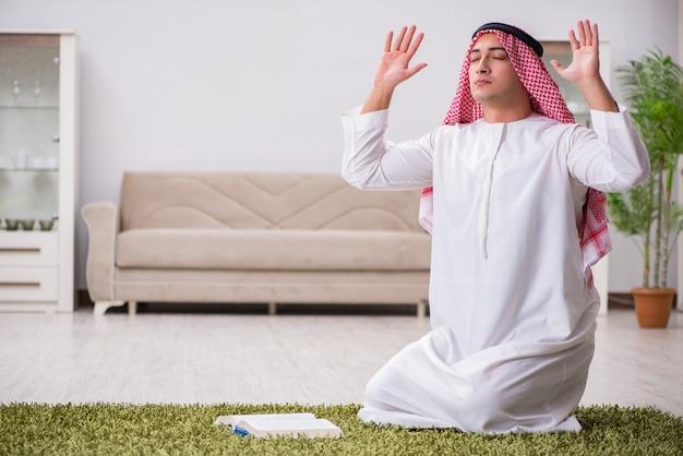 Homem árabe rezando em casa