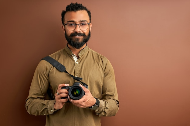 Homem árabe tirando foto na câmera