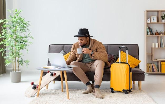Homem armado com laptop em casa