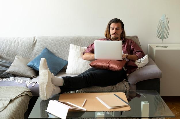 Homem armado com laptop