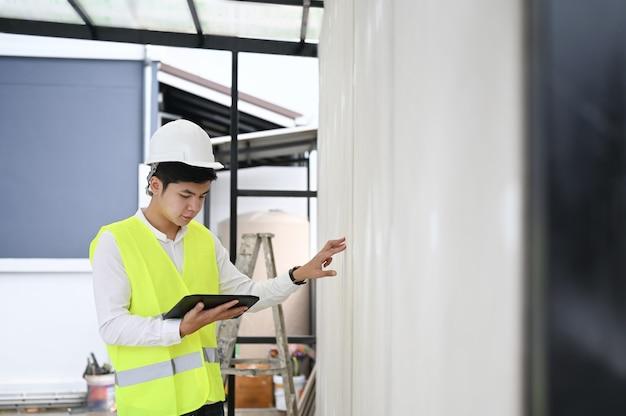 Homem arquiteto verificando construção de casa de isolamento