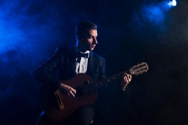Homem artista no palco tocando