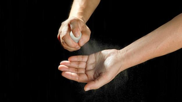 Homem as mãos lavando as mãos por spray de álcool etílico.