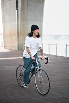 Homem asiático andando de bicicleta