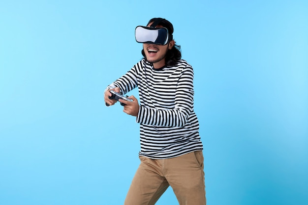 Homem asiático animado de óculos 3d, jogando videogame no espaço azul.