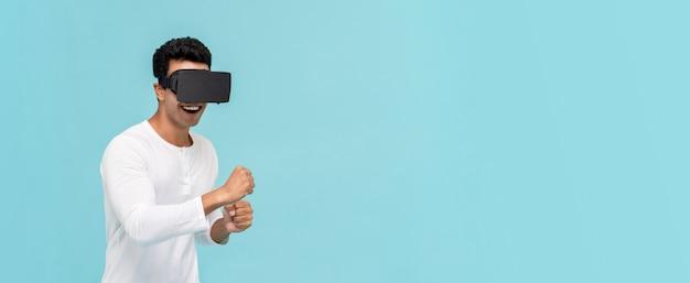 Homem asiático animado, movendo o corpo enquanto assiste vídeo de simulação em 3d de realidade virtual ou óculos de realidade virtual