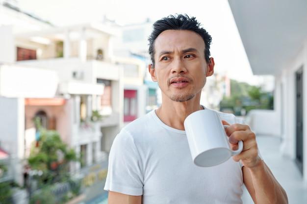 Homem asiático, bebendo, café manhã