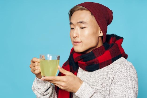 Homem asiático, bebendo, medicina