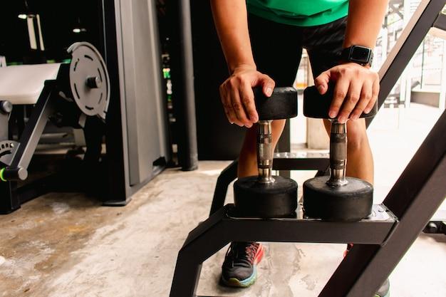 Homem asiático, bodybuilder, com, pesos dumbbell, poder, bonito, atlético, exercícios