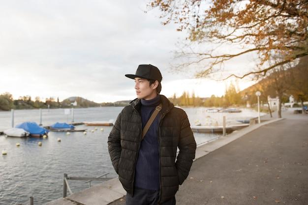 Homem asiático bonito viajar na europa no outono