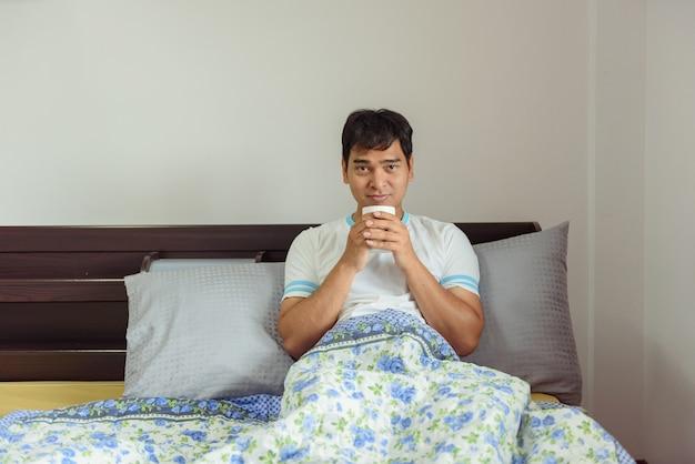 Homem asiático, café bebendo, em, manhã, tempo, casa