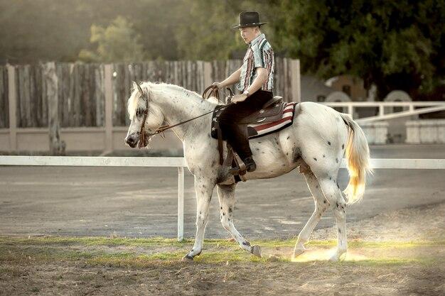 Homem asiático cavalo na fazenda.