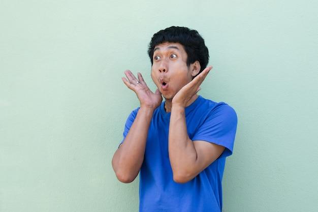 Homem asiático com cara de choque