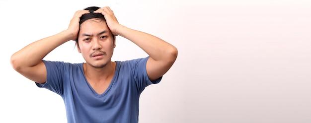 Homem asiático com dor de cabeça em fundo branco.