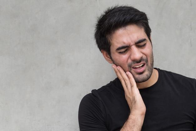 Homem asiático com dor de dente