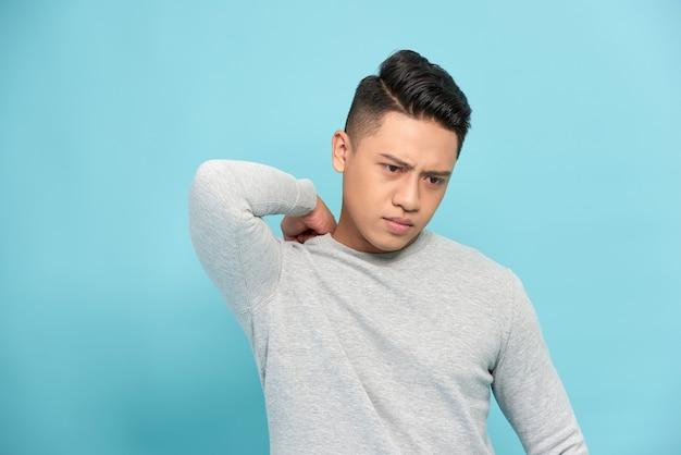 Homem asiático com dor no ombro