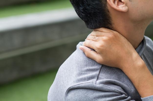 Homem asiático com dor no pescoço, artrite, sintomas de gota
