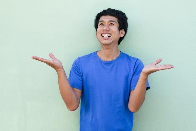 Homem asiático com expressão alegre