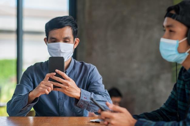 Homem asiático com máscara médica e telefone