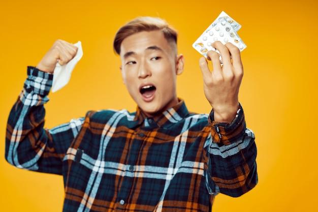 Homem asiático com pílulas