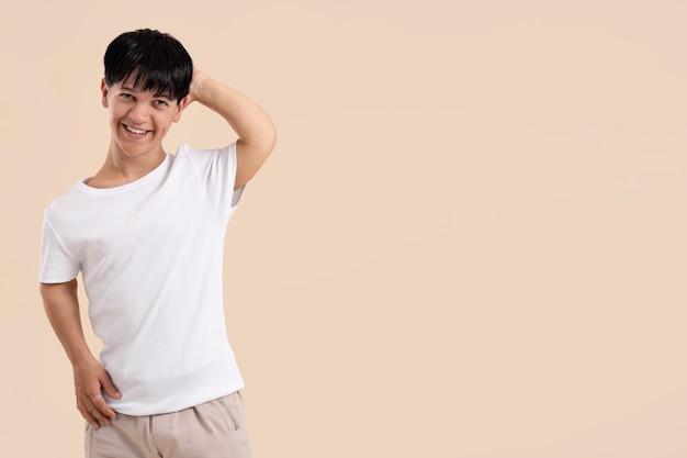 Homem asiático com pose de nanismo