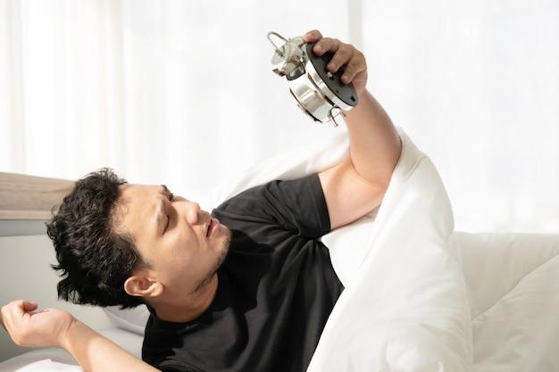 Homem asiático com rosto chocado depois de acordar tarde e perder a consulta