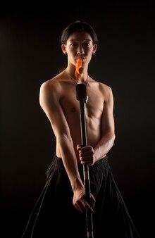 Homem asiático com show de fogo
