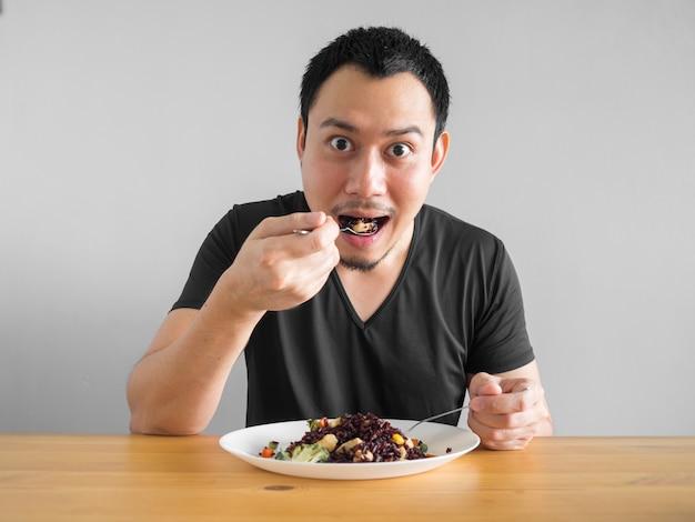 Homem asiático come comida limpa para uma boa vida saudável.