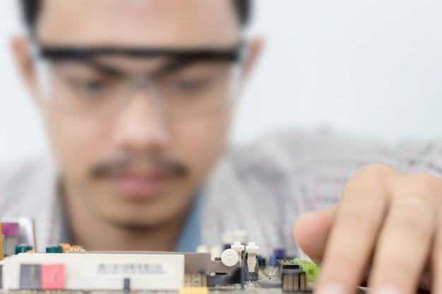 Homem asiático, computador, técnico, chave fenda computador, motherboard, reparo, equipamento segurança, é, óculos