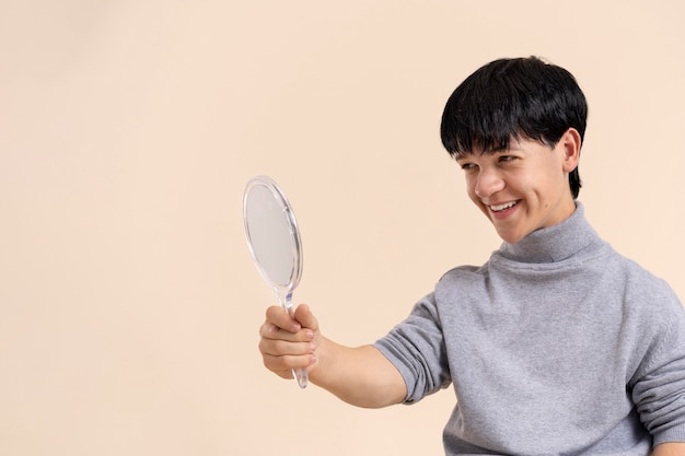 Homem asiático confiante com pose de nanismo