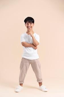 Homem asiático de camisa branca com pose de nanismo