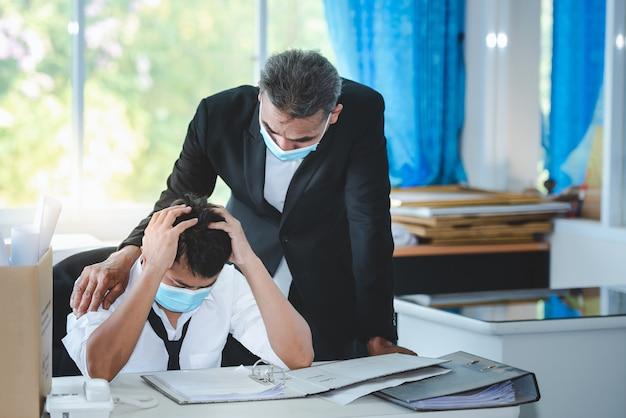 Homem asiático desempregado na crise vírus covid-19 e o estresse da crise econômica sem esperança.