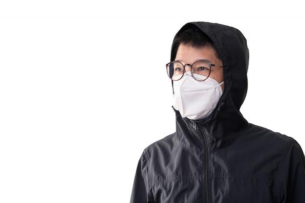 Homem asiático, desgastar, máscara cirúrgica, para, prevenir, gripe, doença, vírus corona, e, poeira, pm 2.5, isolado no fundo branco, caminho cortante
