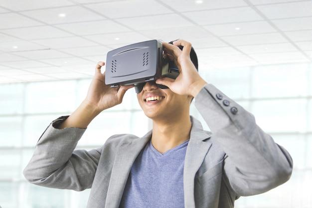 Homem asiático, desgastar, realidade virtual, óculos proteção