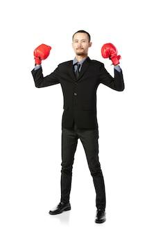 Homem asiático do negócio pronto para lutar com luvas de encaixotamento.