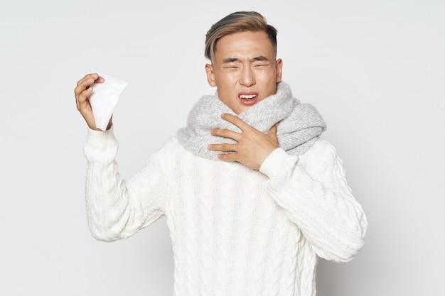 Homem asiático doente espirros