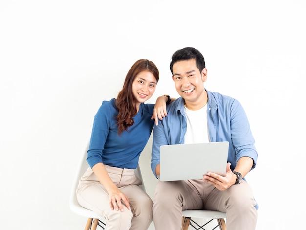 Homem asiático e mulher falando com o computador portátil para o negócio em fundo branco
