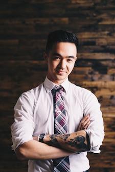 Homem asiático elegante com tatuagens