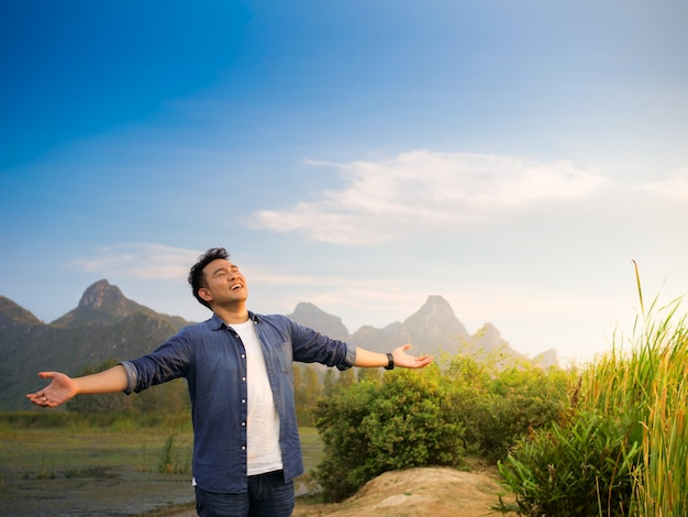 Homem asiático, em, montanha, vista