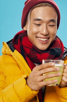 Homem asiático em roupas de inverno quente posando