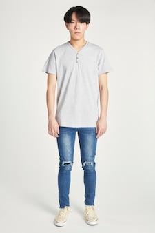 Homem asiático em uma camiseta cinza