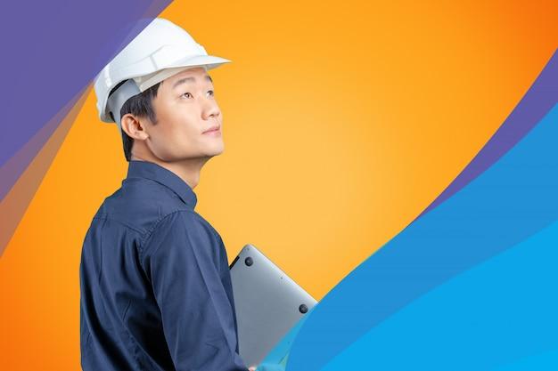 Homem asiático engenheiro com laptop