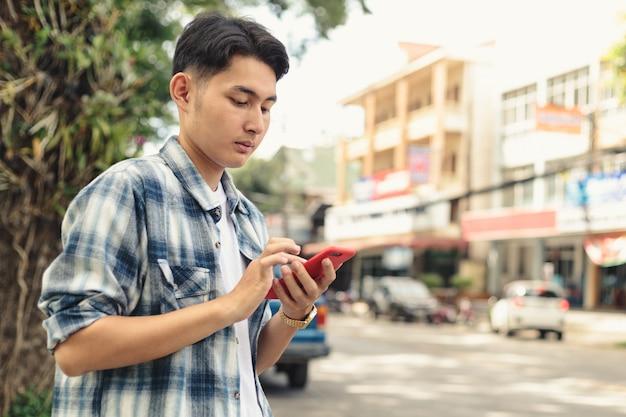 Homem asiático esperando táxi uber