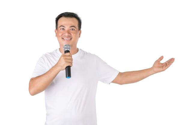 Homem asiático falando ao microfone sem fio