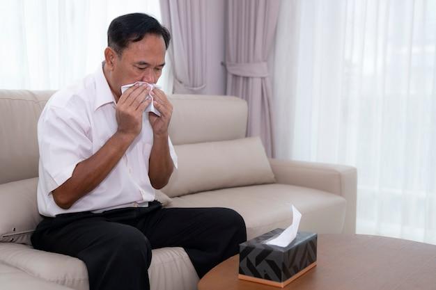 Homem asiático idoso doente com pílulas que esta imagem pode usar para covis19