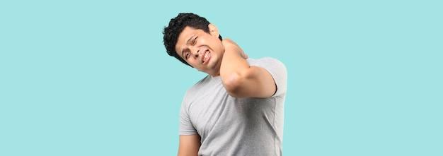 Homem asiático infeliz com dores no pescoço