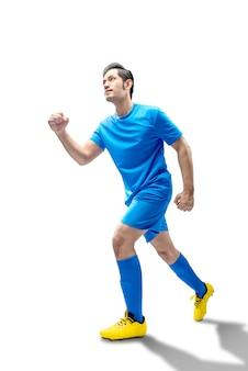 Homem asiático jogador de futebol correndo