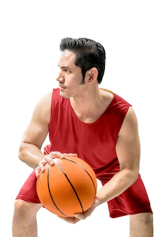 Homem asiático jogando basquete em ação